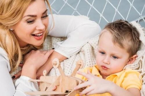 Madre con su hijo aplicando las autoinstrucciones para mejorar la conducta del niño hiperactivo.