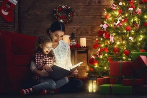 Madre leyendo con su hija un cuento sobre la Navidad.