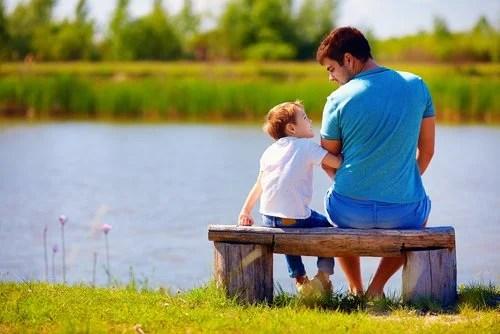 Padre hablando con su hijo sobre cómo protegerse de las personas tóxicas.