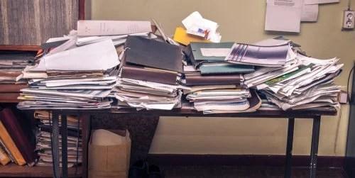 Escritorio muy desordenado, otro de los malos hábitos de estudio.