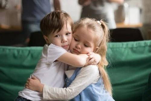 Niños dándose un abrazo para enseñar que sinceridad y empatía han de ir unidas.