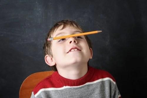 Niño con déficit de atención que debería probar las autoinstrucciones.
