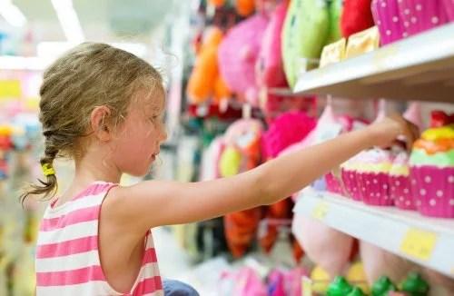 Niña comprando juguetes de manera compulsiva.