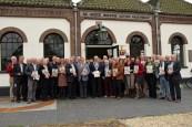 Groepsfoto met alle genodigden voor de deur van Poldermuseum / Gemaal de Hoge Boezem in Haastrecht