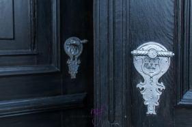 Deuren om het kasteel binnen te komen zijn voorzien van mooie deurklinken mét wapen.