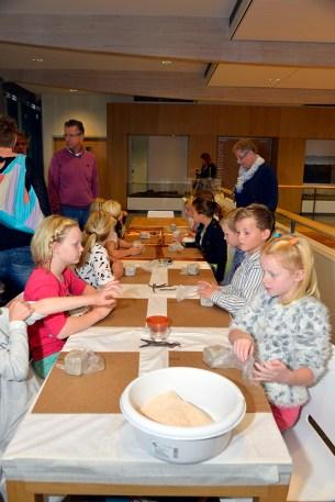 Kinderen kleien prehistorische potten Foto: Gemeente Hoorn