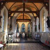 De kapel met mooi invallend licht en prachtige ramen.