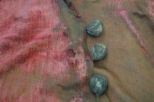 Detail rode kaftan met knopen. Foto via: Provincie Noord-Holland