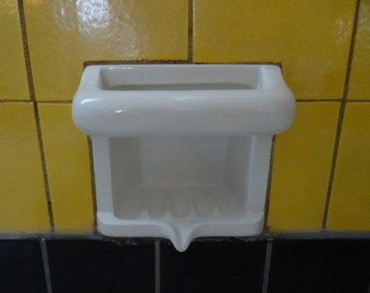 Boven het bad is een keramisch zeepbakje in het tegelwerk opgenomen