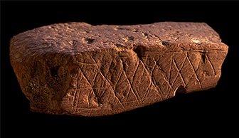 Ruim 70.000 jaar oud stuk gegraveerde rode oker uit Blombos Cave, Zuid-Afrika