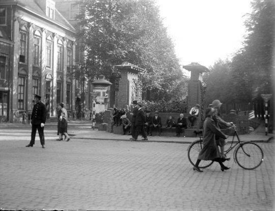 Gezicht op de Gijselaarsbank in 1926. De oorspronkelijke bestrating is hier nog te zien