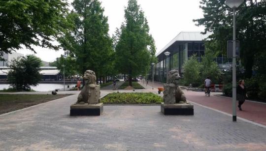 De twee leeuwen bij de ingang van het Beatrixpark vanaf de RAI