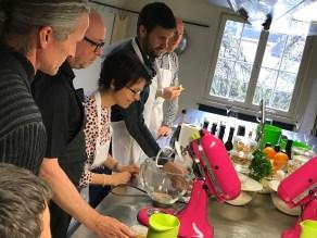 Günther, Reto, Bernadette, Martin und Fabio sind fasziniert von der Technik in Pink.
