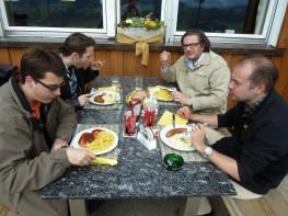 Cyrill, David, Sergio und Sven beim z'Mittag.
