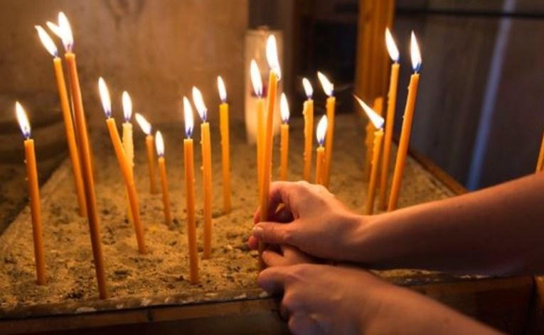 Ανοίγουν οι εκκλησίες για ατομική προσευχή – Τηλεφωνική επικοινωνία Πρωθυπουργού – Αρχιεπίσκοπου