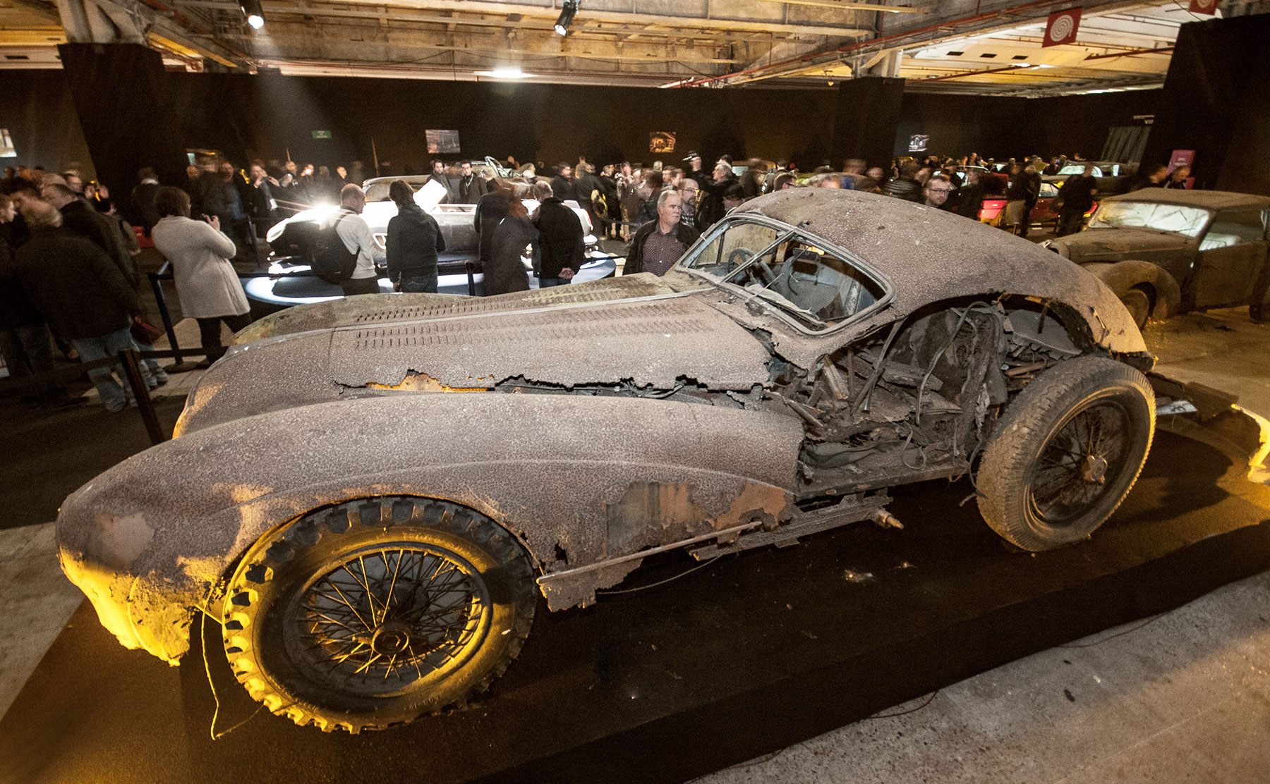 6 février. Découvertes quelques mois plus tôt, les automobiles de la désormais célèbre collection Baillon sont mises en vente aux enchères pendant le salon Rétromobile. La Ferrari 250 GT qui aurait appartenu à Alain Delon battra même un record du monde à 14.2 millions d'euros.