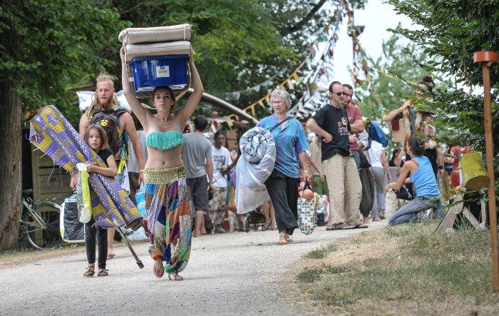24 juillet. Le rêve de l'aborigène, ce festival si différent d'Airvault a été victime de son succès. Plus de 6.000 personnes ont dansé et communié au son du didgeridoo, guimbarde et autres harmonium alors que quelques dizaines de déçus se morfodaient à l'extérieur du site. @ Eric Pollet