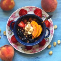 Macadamia Nut and Harvest Peach Pie Açaí Bowl © 2018 ericarobbin.com
