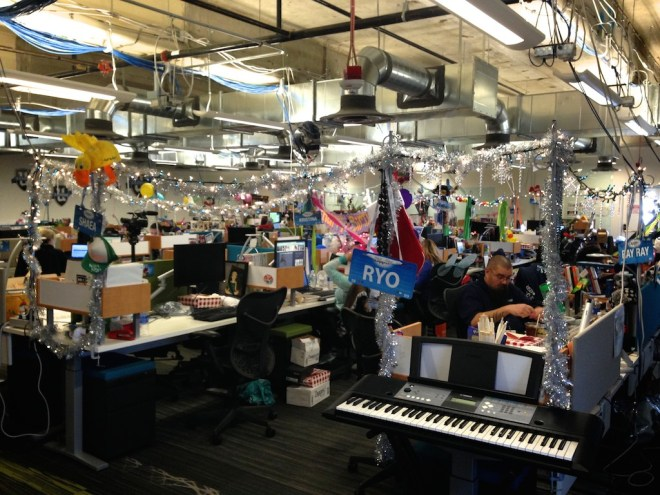 zappos-office-decorated-desks