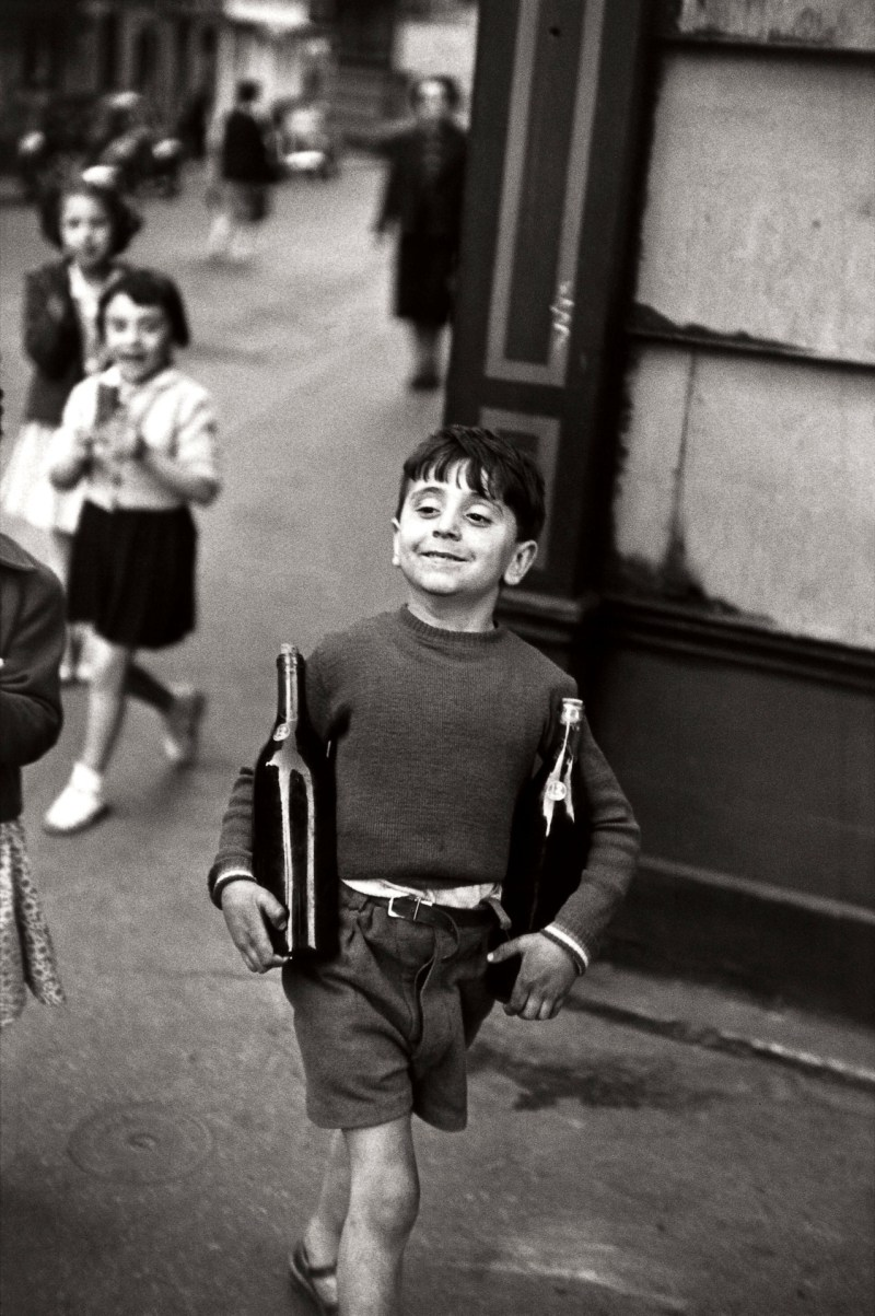 Henri Cartier Bresson, Child holding two bottles of wine. Rue mouffetard