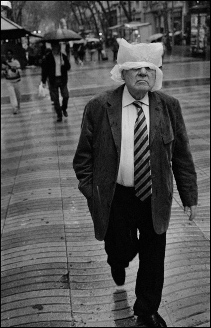 """""""Bad Weather"""" Street Photography Assignment Winner: Julian Furones from Spain"""