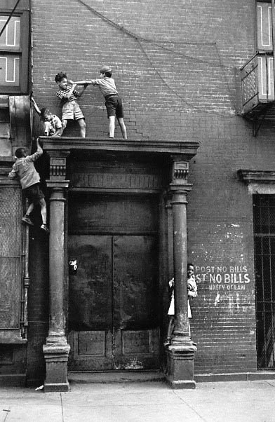 Helen Levitt / New York, c.1940 (kids over doorway)