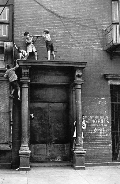 Helen Levitt / New York, c.1940 (kids over doorway)