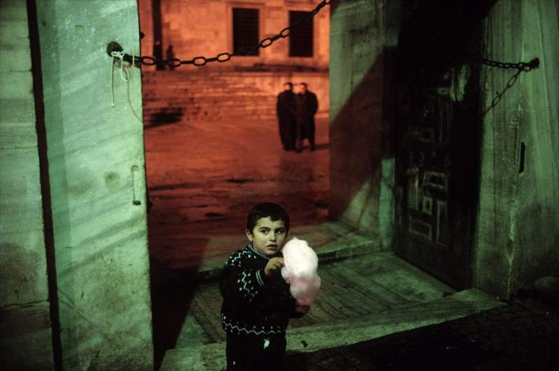 TURKEY. Istanbul. 2001. Outside of the Blue Mosque during Ramadan. (c) Alex Webb / Magnum Photos