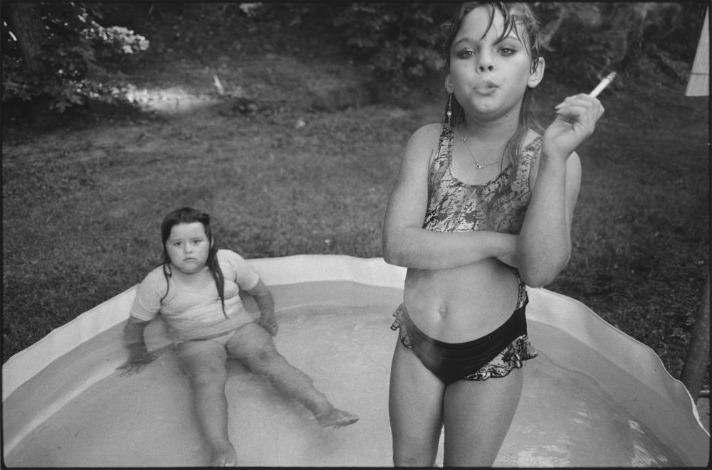 Mary Ellen Mark: Amanda, right, and her cousin Amy in Valdese, North Carolina, 1990 / (c) Mary Ellen Mark