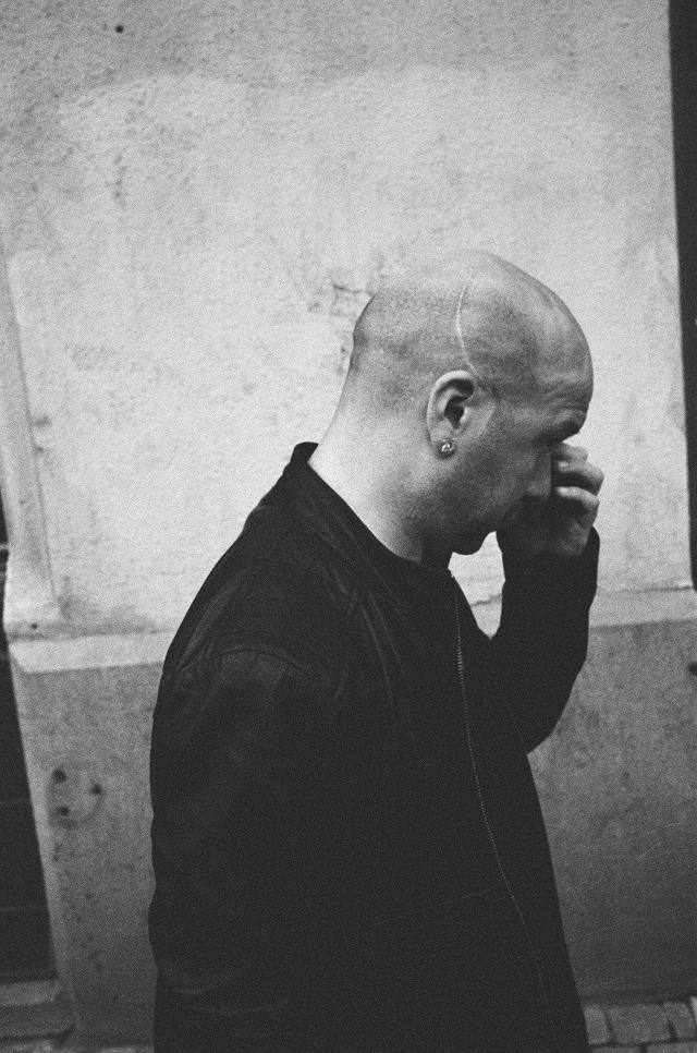 eric-kim-street-photography-europe-2015-trix1600-leica-35mm-black-and-white-1551