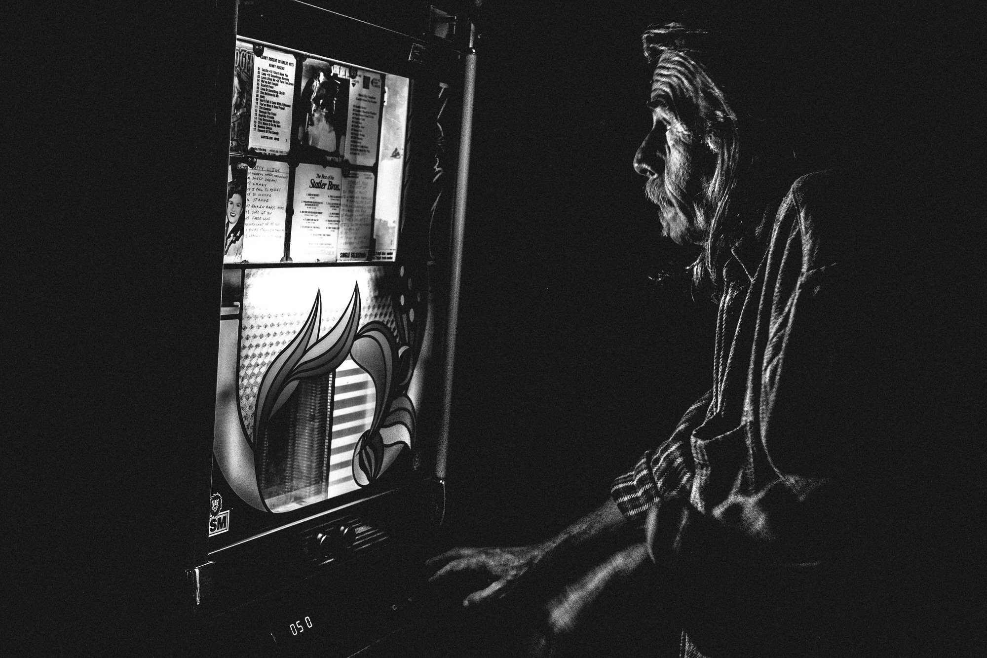 provincetown-the-old-colony-jukebox-2015-fujifilmxt1-eric-kim-street-photograpy-black-and-white-monochrome-10