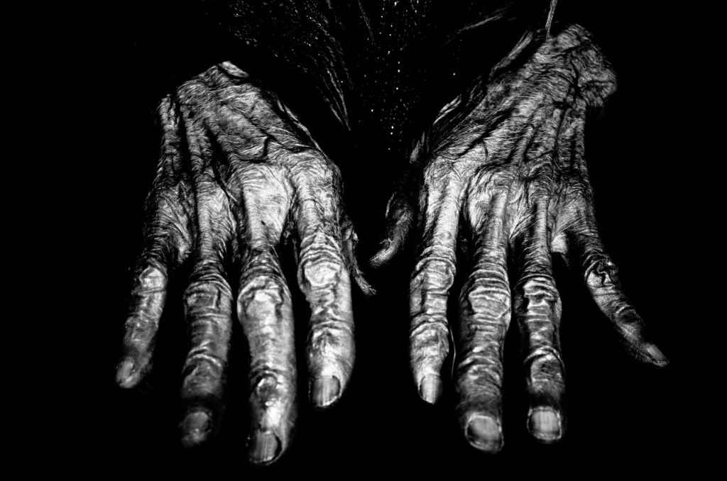 eric kim street photography black and white hands hanoimonochrome -0005801