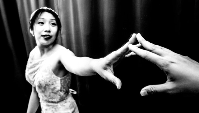 eric kim street photography hand gestures-1