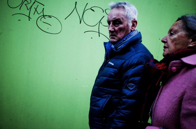 Couple and green wall. Marseille street photograph, 2017