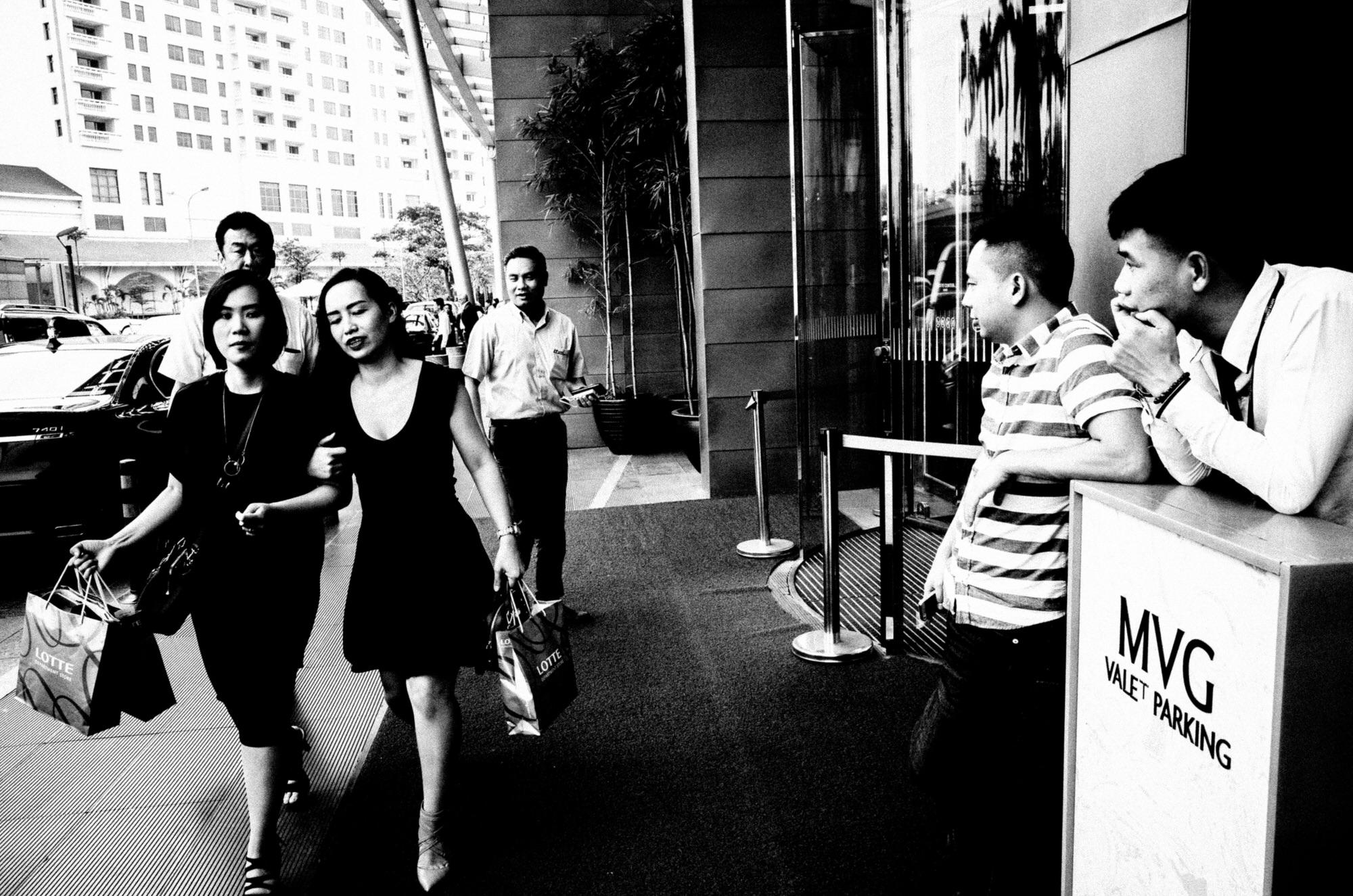 eric kim black and white street photography hanoi-0012256