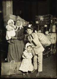 lewis hine immigration - ellios island 4