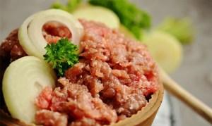 Agrémentez votre viande hachée pour un plat de viande d'été originale