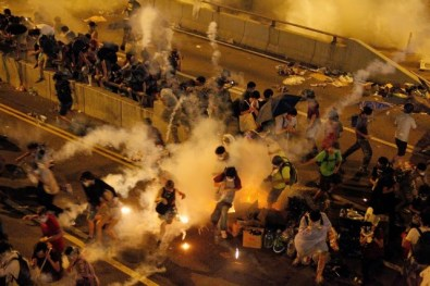 Source: http://4.bp.blogspot.com/-Rz6dr_yKeME/VDGh5TjX4AI/AAAAAAAAJN0/Q6QjEhK1vgw/s1600/2014-china-teargas.jpg