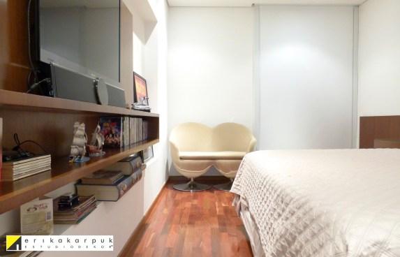 Dormitório amplo ficou mais confortável com a janela anti ruído. Aproveitamos o vão entre pilares para instalar o painel da TV. Projeto Erika Karpuk