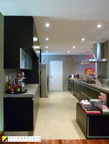A cozinha, inexistente antes da reforma, foi restaurada à configuração original com as devidas modernizações. Projeto Erika Karpuk