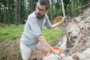 erik_haugsby_pottery_digging_native_clay