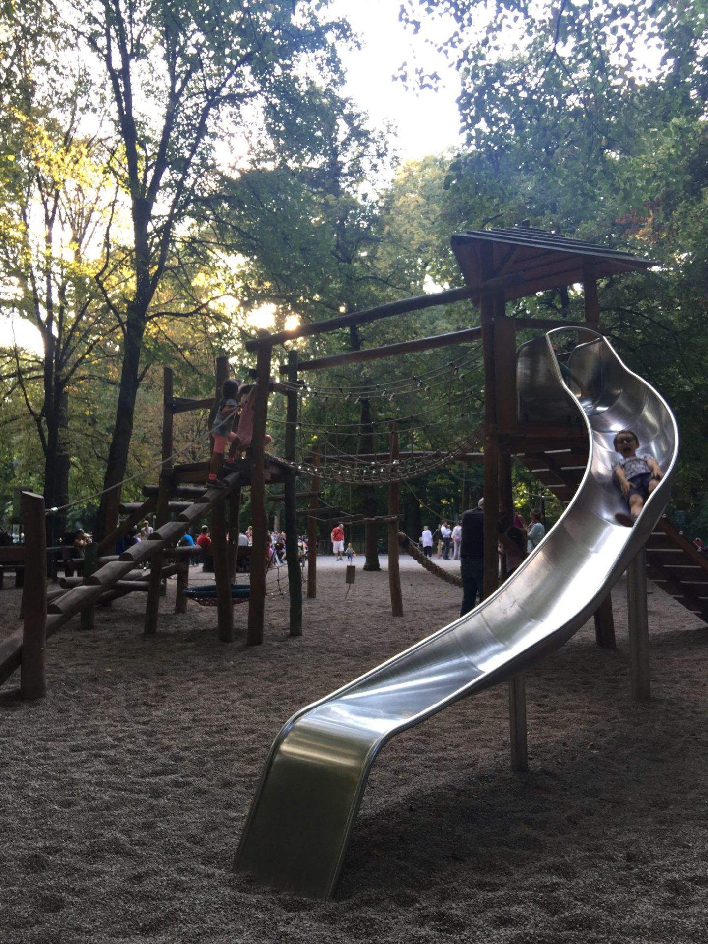 Playground by the Chinese Tower, Englisch Garten