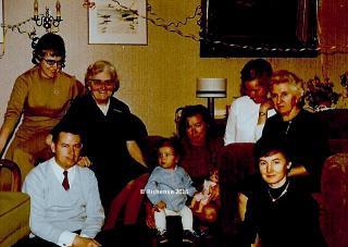 Icke inner Mitte, umringt von Tanten (Mutter hinten in spuckfestem Weiß), den Eltern, der Oma (rechts) und Großtante (links mit Löckchen)...