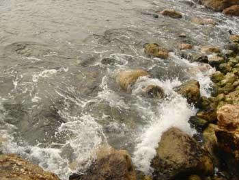 contra las rocas y la ausencia