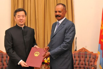 Qiu Xuejun, the Chinese Ambassador to Eritrea, presents the Letter of Credence to President Isaias Afwerki