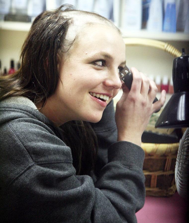 En el 2007 las cámaras capturaron la imagen de Britney Spears rapándose