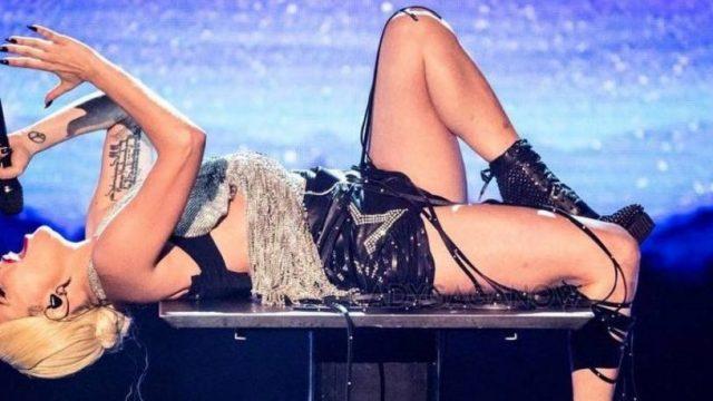 Lady Gaga cae del escenario en Las Vegas por culpa de fan