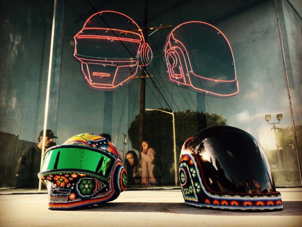 Cascos de Daft Punk con arte huichol