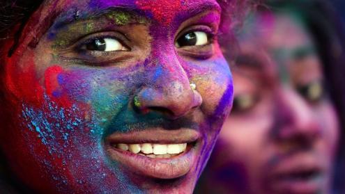 Cubiertos de color en el Festival Holi en Bangalore, India