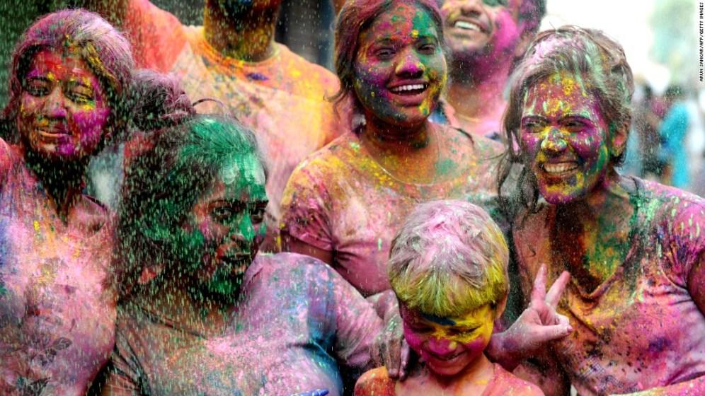 La gente se reúne en Chennai, India para celebrar el Festival Holi